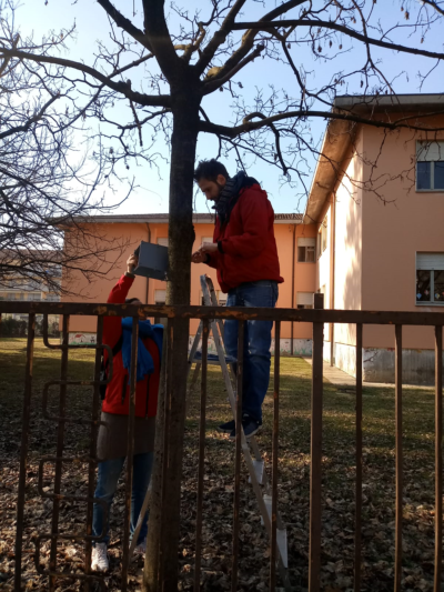 Due volontari posizionano i radielli presso una scuola elementare di Santa Lucia